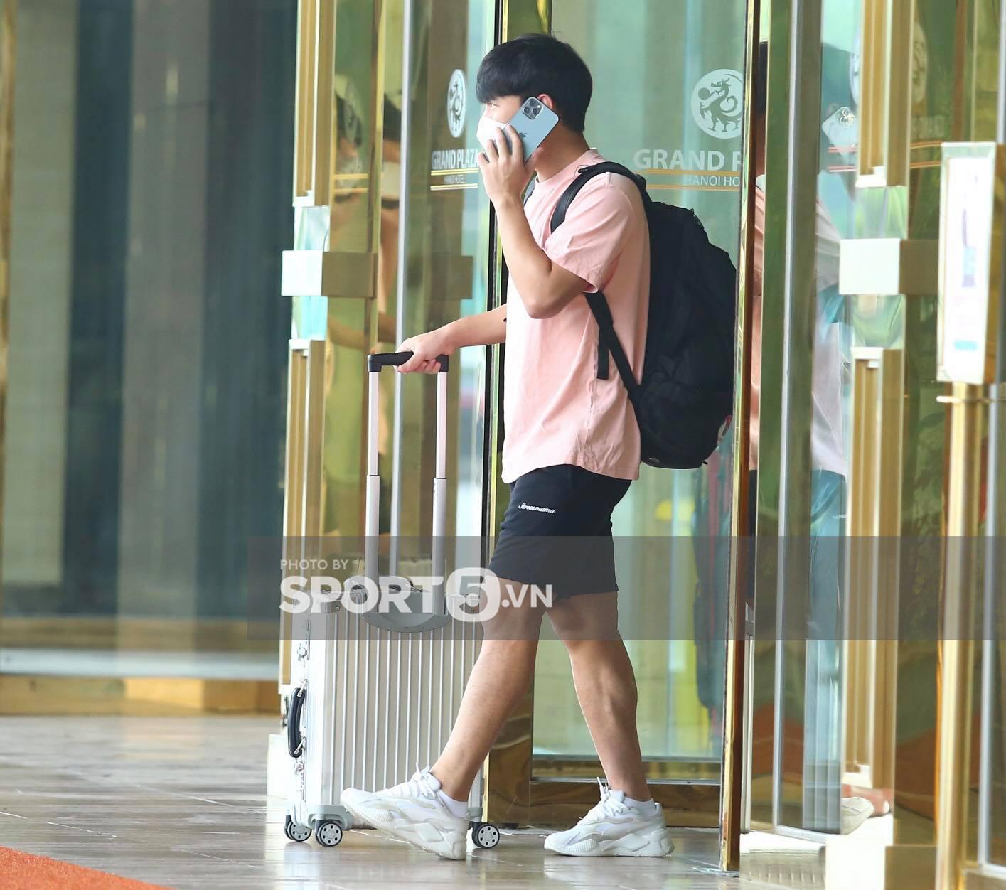 ĐT Việt Nam chuẩn bị sang UAE: Minh Vương lặng lẽ rời khách sạn, HLV Park Hang-seo đi gửi thú cưng - Ảnh 1.