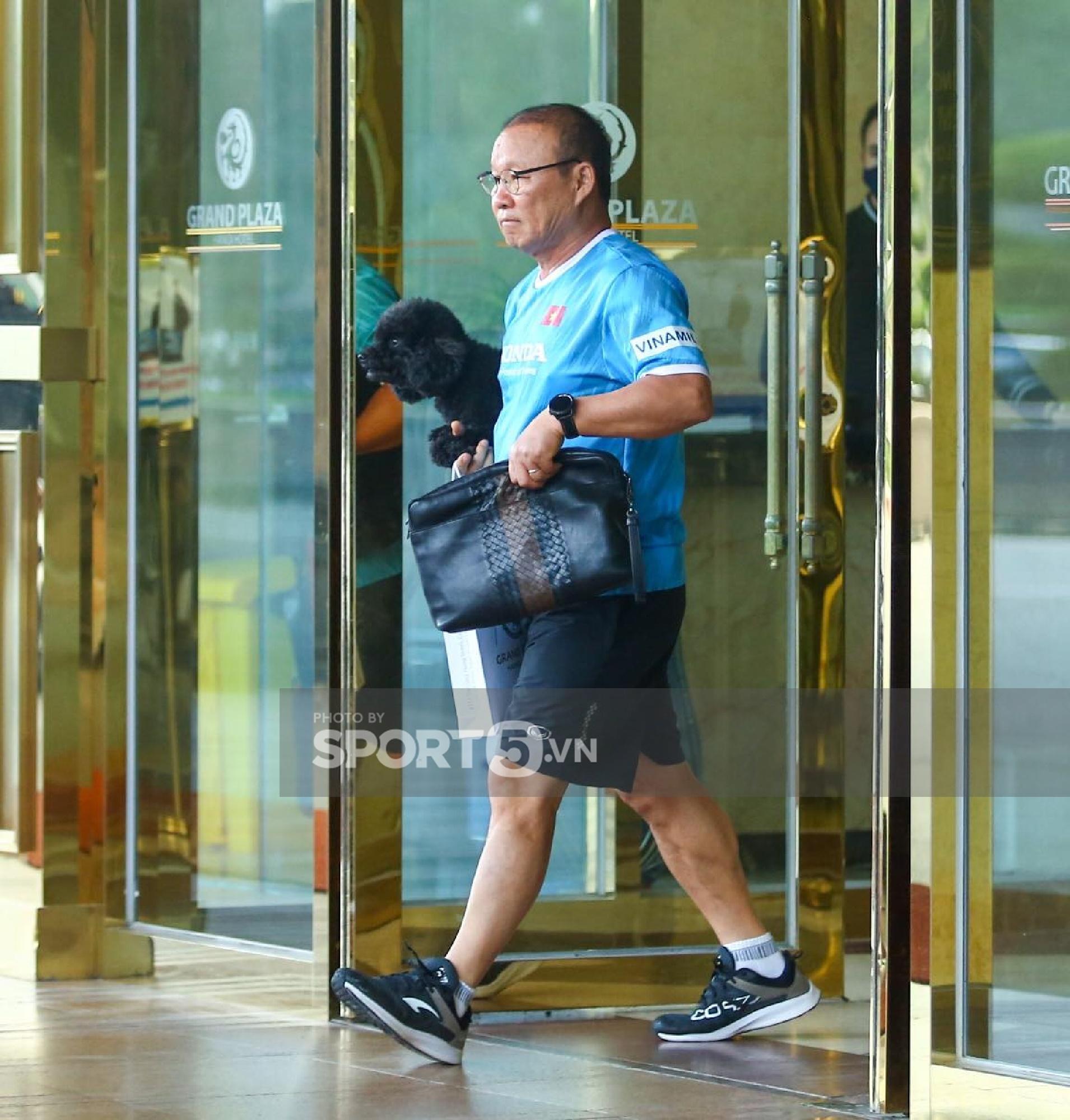 ĐT Việt Nam chuẩn bị sang UAE: Minh Vương lặng lẽ rời khách sạn, HLV Park Hang-seo đi gửi thú cưng - Ảnh 3.