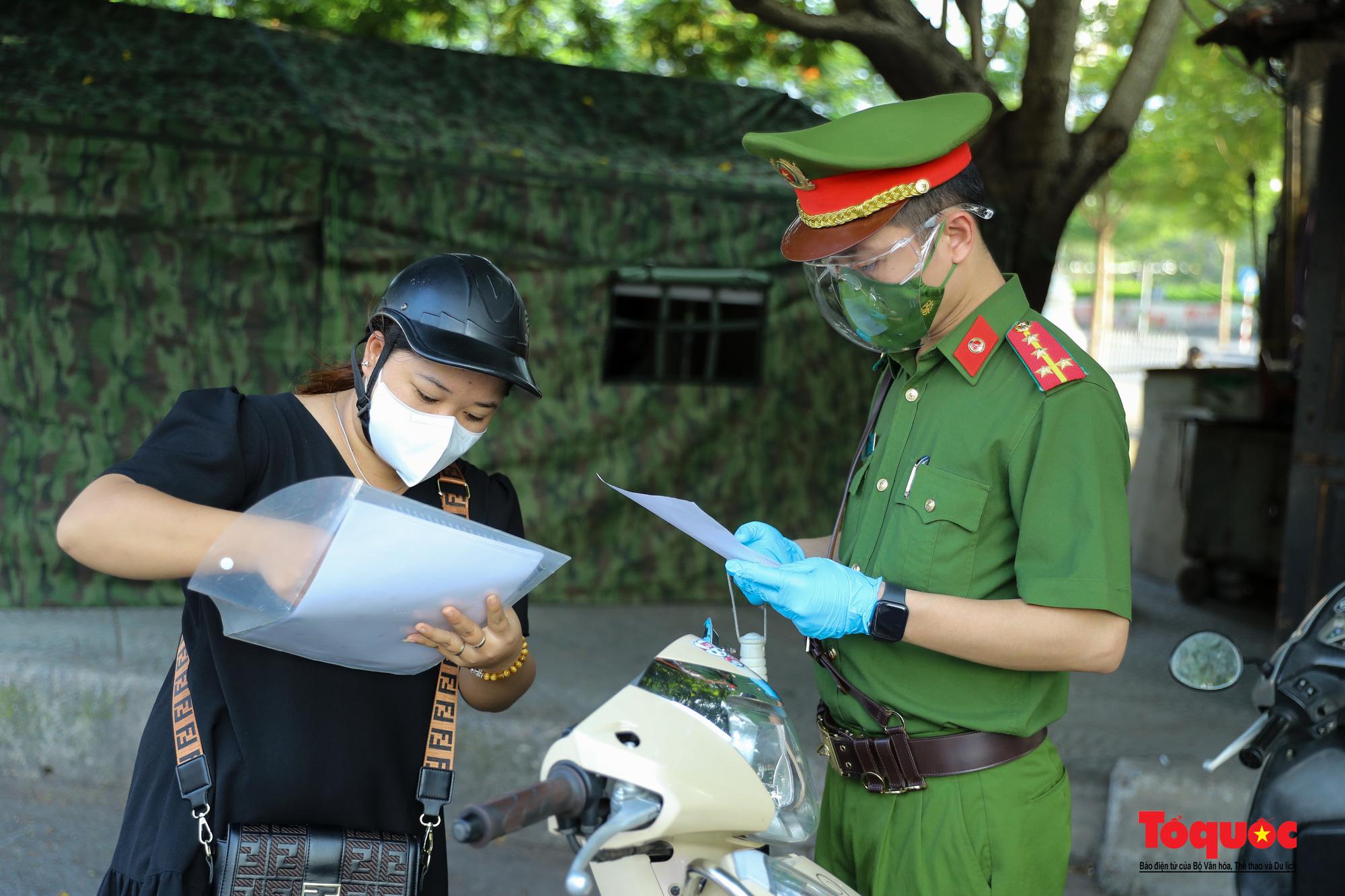 """Hà Nội: Ngày đầu tiên triển khai chốt trực kiểm soát đi lại giữa """"vùng đỏ"""" và """"vùng xanh"""" - Ảnh 5."""