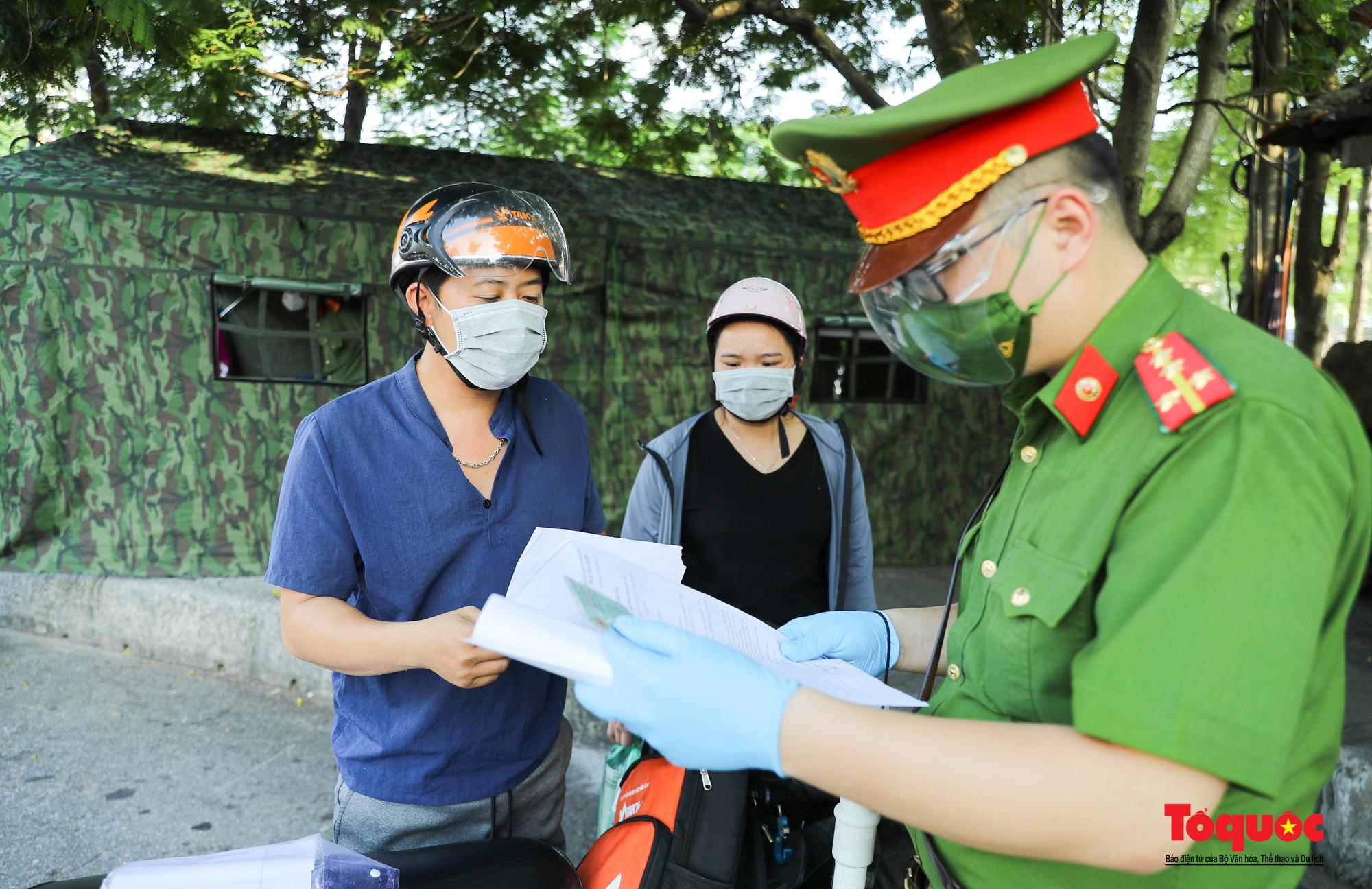"""Hà Nội: Ngày đầu tiên triển khai chốt trực kiểm soát đi lại giữa """"vùng đỏ"""" và """"vùng xanh"""" - Ảnh 6."""
