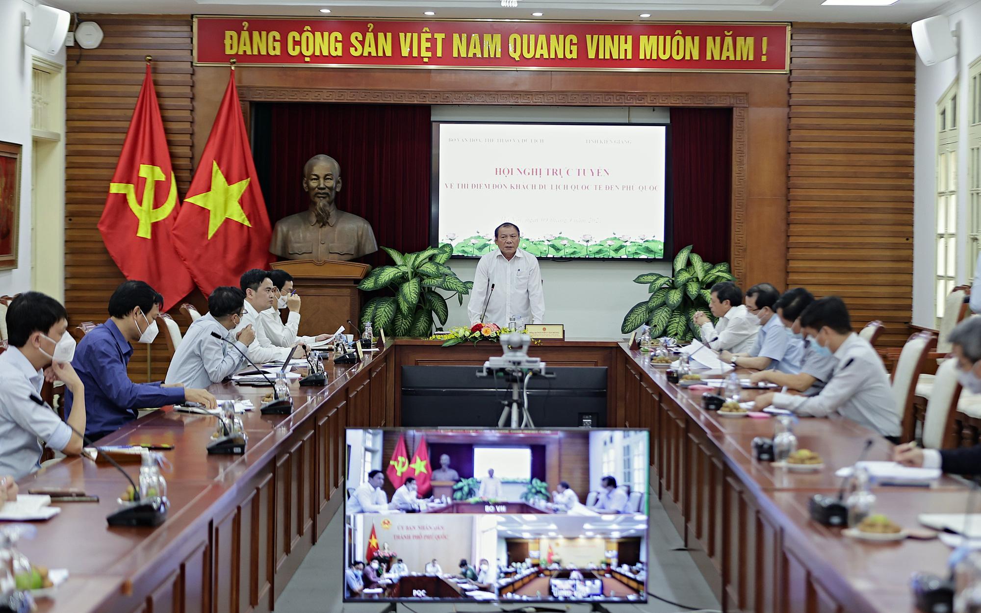 Chuẩn bị thí điểm đón khách quốc tế tới Phú Quốc: Bộ trưởng Nguyễn Văn Hùng yêu cầu làm tới đâu chắc tới đó