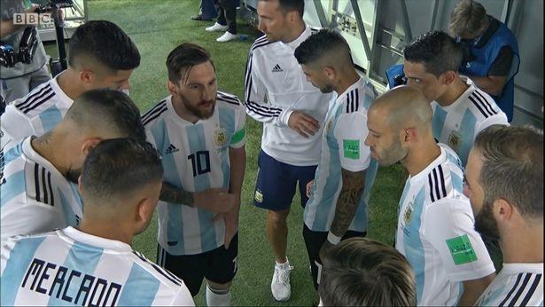 """Messi hội ý trong giờ giải lao giúp Rojo ghi thêm bàn thắng cho Argentina. """""""