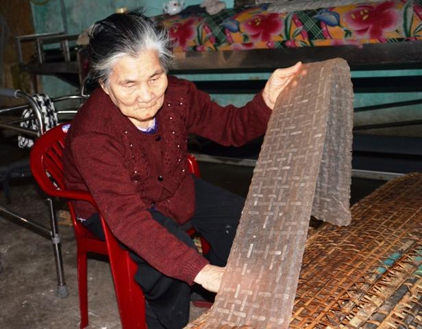 Cụ Võ Thị Điều đã gắn bó với nghề làm bánh tráng 65 năm nay.
