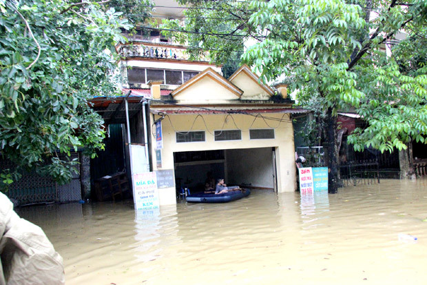 Mưa lớn khiến cho mực nước trên sông Lô dâng cao ngập tuyến đường Lý Thường Kiệt và nhiều nhà dân thuộc tổ 3, 4 phường Ngọc Hà, T.p Hà Giang.