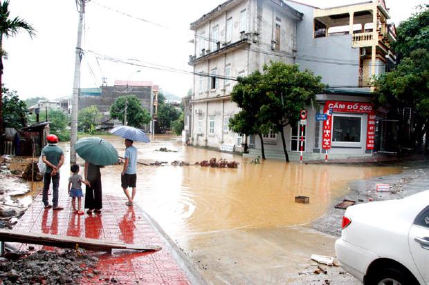 Đường Nguyễn Du thuộc phường Nguyễn Trãi bị chìm trong nước khiến người dân không thể đi lại.