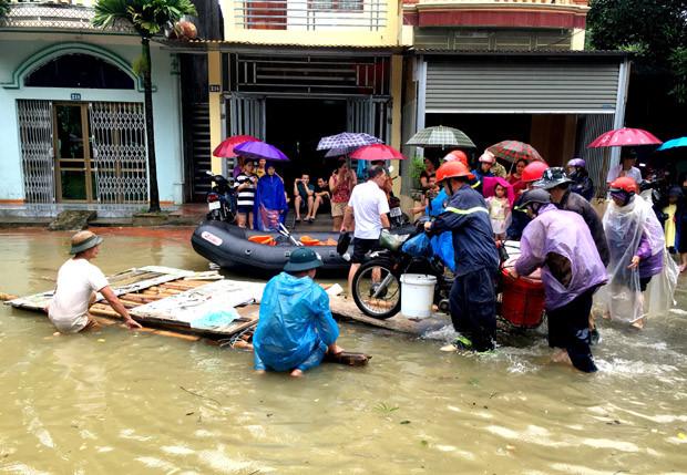 Người dân ở tổ 2, phường Minh Khai di dời đồ đạc, phương tiện để tránh ngập úng