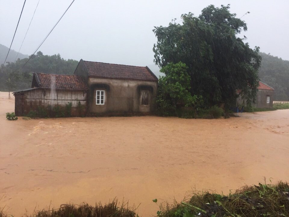 Tuyến tỉnh lộ 330B, đoạn xã Nam Sơn (huyện Ba Chẽ) nước dâng cao, giao thông bị chia cắt. Ảnh: BQN