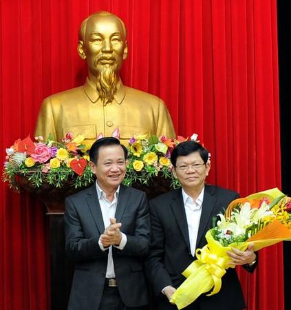 Bí thư Thành ủy Đà Nẵng – ông Trần Thọ (trái) -tặng hoa chúc mừng ông Võ Công Trí