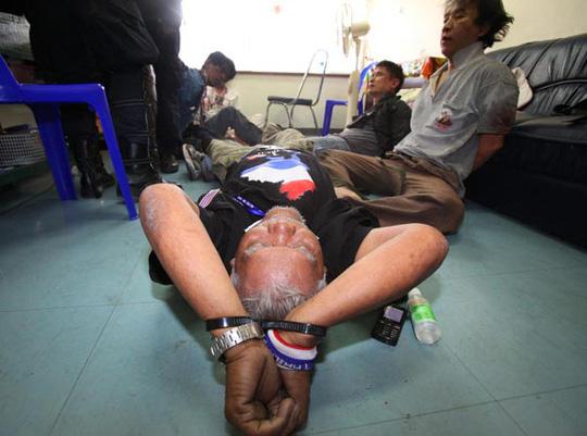 <br /> Người biểu tình bị bắt hôm 26-12. Ảnh: BANGKOK POST