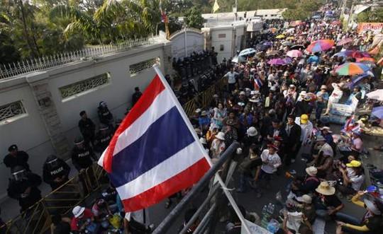 <br /> Người biểu tình tụ tập bên ngoài ngôi nhà Thủ tướng Yingluck Shinawatra hôm 26-12. Ảnh: Reuters