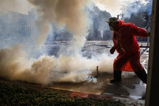 <br /> Mù mịt hơi cay ở sân vận động Thái - Nhật. Ảnh: REUTERS