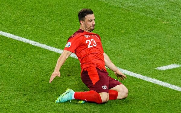 Shaqiri đệm bóng đầy cảm giác để ấn định chiến thắng cho Thụy Sĩ
