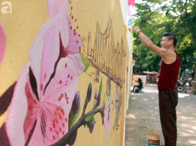 Hà Nội: Nhiều người ngỡ ngàng trước bức tường cũ kỹ trên phố Phan Đình Phùng được khoác áo mới - Ảnh 1.