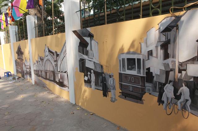 Hà Nội: Nhiều người ngỡ ngàng trước bức tường cũ kỹ trên phố Phan Đình Phùng được khoác áo mới - Ảnh 11.