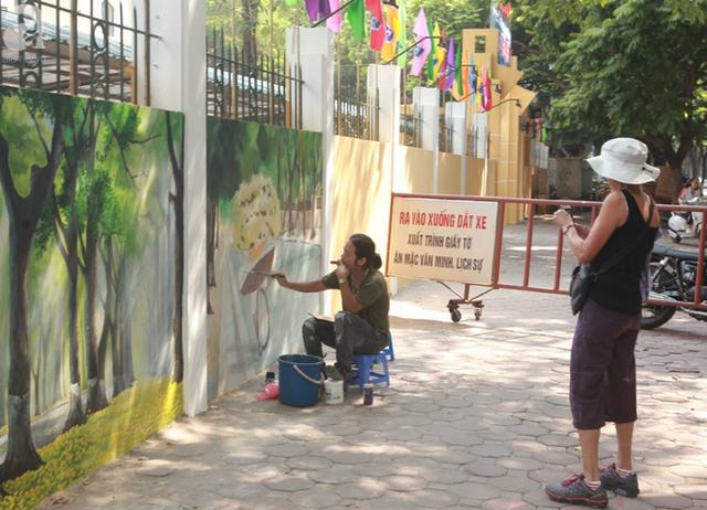Hà Nội: Nhiều người ngỡ ngàng trước bức tường cũ kỹ trên phố Phan Đình Phùng được khoác áo mới - Ảnh 13.