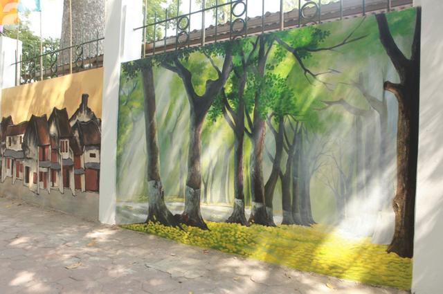 Hà Nội: Nhiều người ngỡ ngàng trước bức tường cũ kỹ trên phố Phan Đình Phùng được khoác áo mới - Ảnh 2.