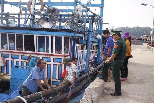 Tàu cá ngư dân Quảng Nam bị đâm suýt chìm trên biển Hoàng Sa - Ảnh 1.