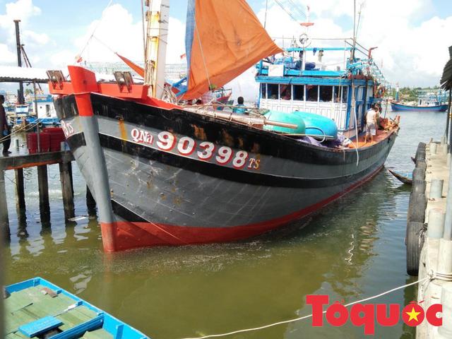 Chủ tàu kể phút giây 13 thuyền viên suýt chết khi bị tàu lạ đâm trên vùng biển Hoàng Sa - Ảnh 1.