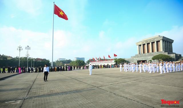 Đoàn đại biểu Quốc hội đặt vòng hoa, vào Lăng viếng Chủ tịch Hồ Chí Minh - Ảnh 1.