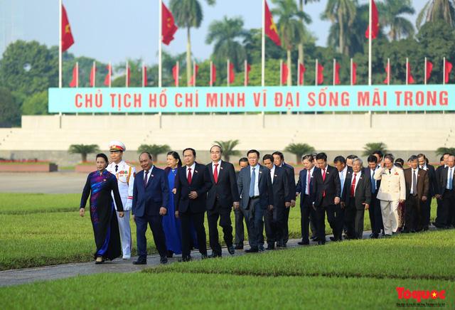 Đoàn đại biểu Quốc hội đặt vòng hoa, vào Lăng viếng Chủ tịch Hồ Chí Minh - Ảnh 10.
