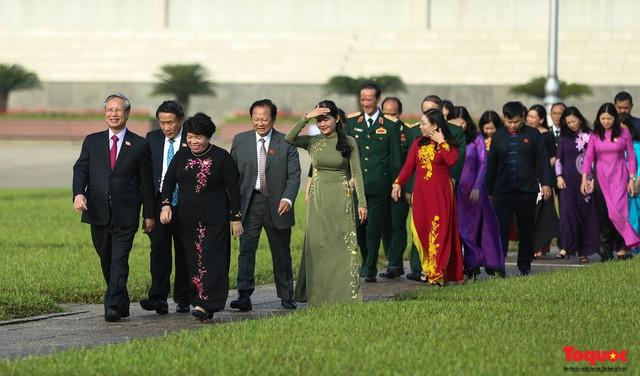 Đoàn đại biểu Quốc hội đặt vòng hoa, vào Lăng viếng Chủ tịch Hồ Chí Minh - Ảnh 13.