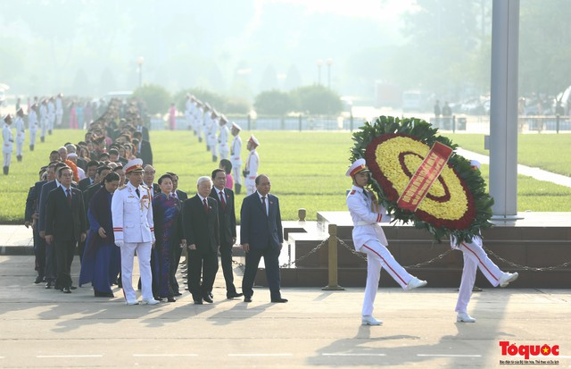 Đoàn đại biểu Quốc hội đặt vòng hoa, vào Lăng viếng Chủ tịch Hồ Chí Minh - Ảnh 3.