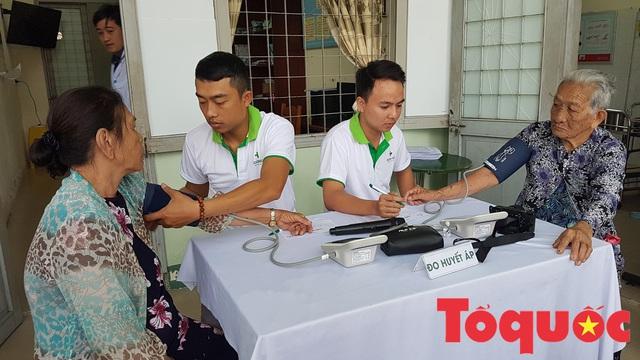 Khám và phát thuốc miễn phí cho người dân có hoàn cảnh khó khăn ở Đà Nẵng - Ảnh 4.