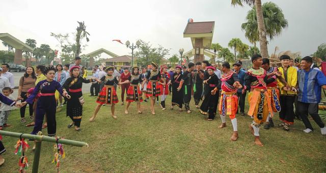 Gần 100 đồng bào của 16 dân tộc tham gia Ngày hội gia đình  tại Làng Văn hóa, Du lịch các dân tộc Việt Nam - Ảnh 1.