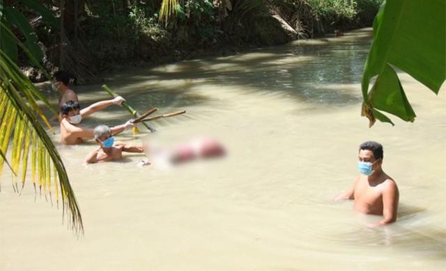 Người phụ nữ chết dưới mương, hai chân bị trói 5 thanh tre - Ảnh 1.