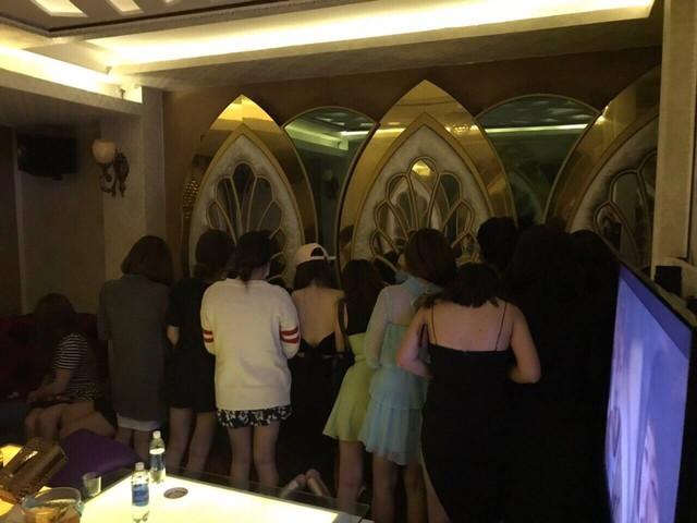 Quán karaoke ở trung tâm Sài Gòn có hàng chục chân dài chỉ tiếp khách Hàn Quốc - Ảnh 1.