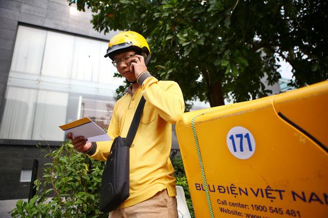 Hà Nội trả bằng tốt nghiệp qua đường bưu điện để phòng, chống dịch Covid-19 - Ảnh 1.