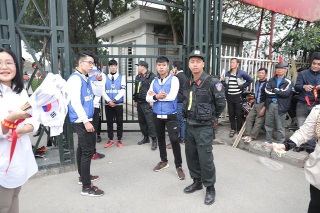 Bên ngoài sân Mỹ Đình: Công an kiểm tra kỹ vé, cổ động viên Việt Nam - Malaysia khoác vai cổ vũ - Ảnh 1.