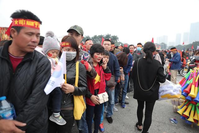 Bên ngoài sân Mỹ Đình: Công an kiểm tra kỹ vé, cổ động viên Việt Nam - Malaysia khoác vai cổ vũ - Ảnh 2.