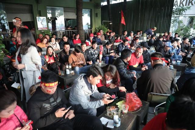 Bên ngoài sân Mỹ Đình: Công an kiểm tra kỹ vé, cổ động viên Việt Nam - Malaysia khoác vai cổ vũ - Ảnh 12.