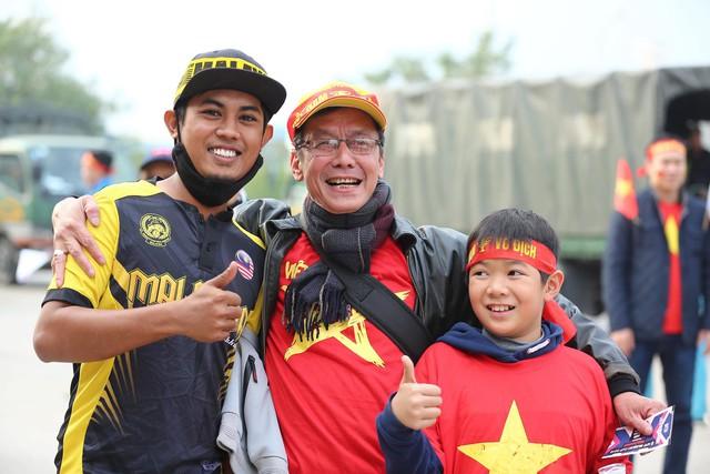 Bên ngoài sân Mỹ Đình: Công an kiểm tra kỹ vé, cổ động viên Việt Nam - Malaysia khoác vai cổ vũ - Ảnh 9.