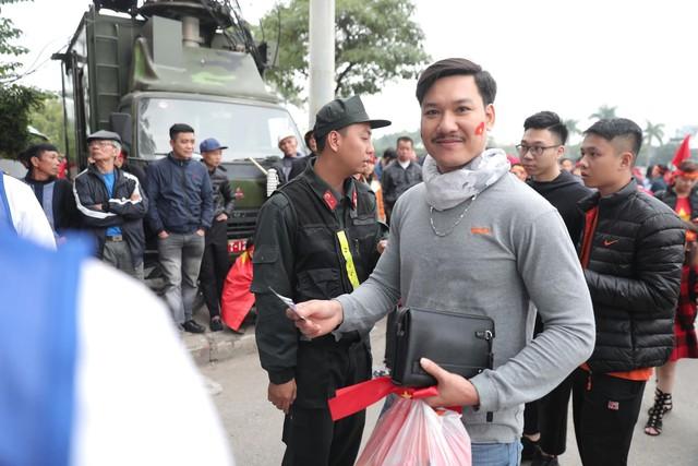 Bên ngoài sân Mỹ Đình: Công an kiểm tra kỹ vé, cổ động viên Việt Nam - Malaysia khoác vai cổ vũ - Ảnh 4.