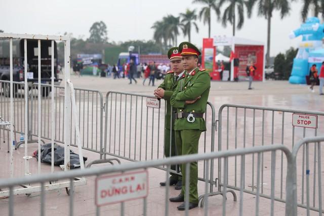 Bên ngoài sân Mỹ Đình: Công an kiểm tra kỹ vé, cổ động viên Việt Nam - Malaysia khoác vai cổ vũ - Ảnh 5.