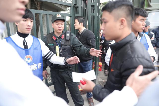 Bên ngoài sân Mỹ Đình: Công an kiểm tra kỹ vé, cổ động viên Việt Nam - Malaysia khoác vai cổ vũ - Ảnh 6.