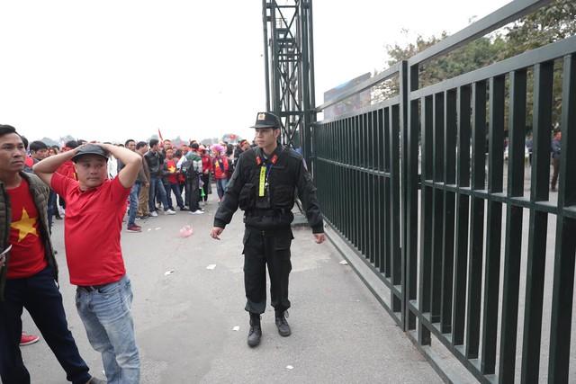 Bên ngoài sân Mỹ Đình: Công an kiểm tra kỹ vé, cổ động viên Việt Nam - Malaysia khoác vai cổ vũ - Ảnh 7.
