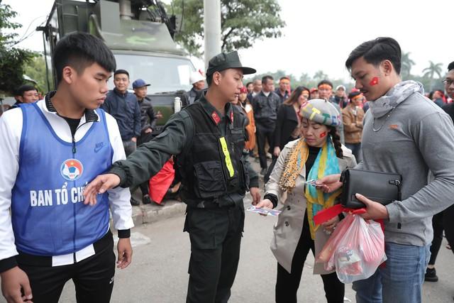 Bên ngoài sân Mỹ Đình: Công an kiểm tra kỹ vé, cổ động viên Việt Nam - Malaysia khoác vai cổ vũ - Ảnh 8.