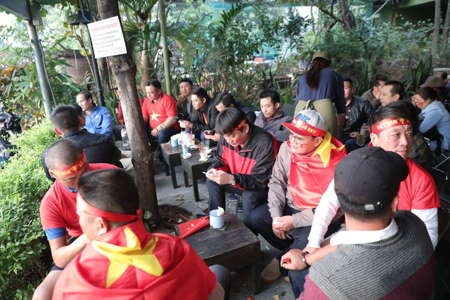 Bên ngoài sân Mỹ Đình: Công an kiểm tra kỹ vé, cổ động viên Việt Nam - Malaysia khoác vai cổ vũ - Ảnh 13.