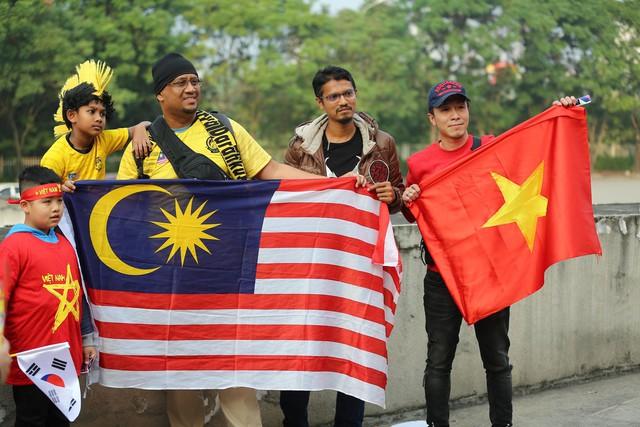 Bên ngoài sân Mỹ Đình: Công an kiểm tra kỹ vé, cổ động viên Việt Nam - Malaysia khoác vai cổ vũ - Ảnh 11.