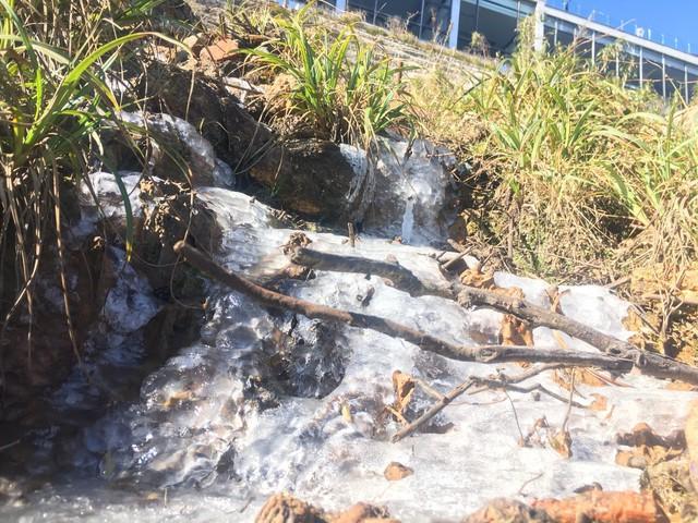 Nhiệt độ xuống âm độ, băng chảy thành dòng  trên đỉnh Fansipan - Ảnh 1.