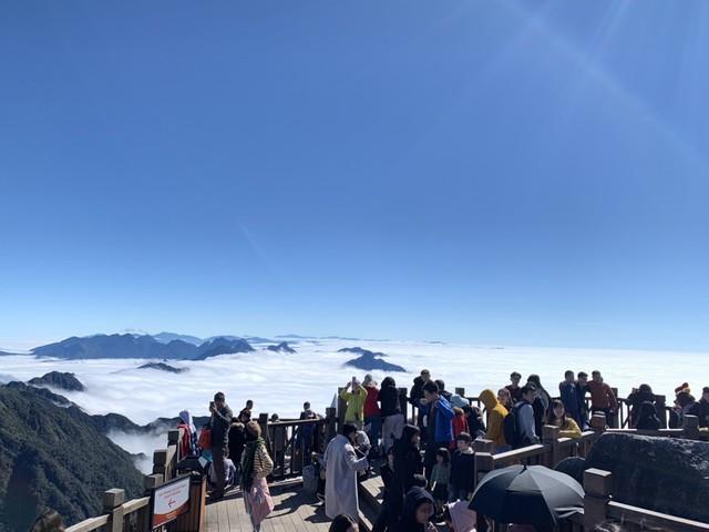 Nhiệt độ xuống âm độ, băng chảy thành dòng  trên đỉnh Fansipan - Ảnh 5.