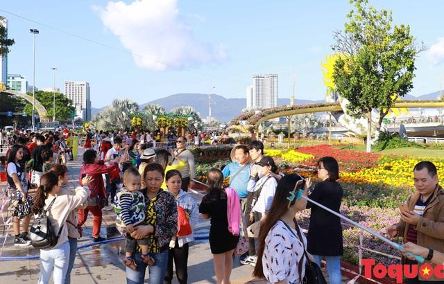 Người dân và du khách mê mẩn đường hoa Đà Nẵng Tết Kỷ Hợi 2019 - Ảnh 8.