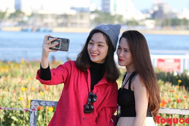 Người dân và du khách mê mẩn đường hoa Đà Nẵng Tết Kỷ Hợi 2019 - Ảnh 16.