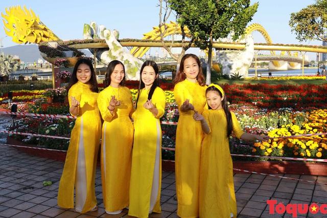 Người dân và du khách mê mẩn đường hoa Đà Nẵng Tết Kỷ Hợi 2019 - Ảnh 9.