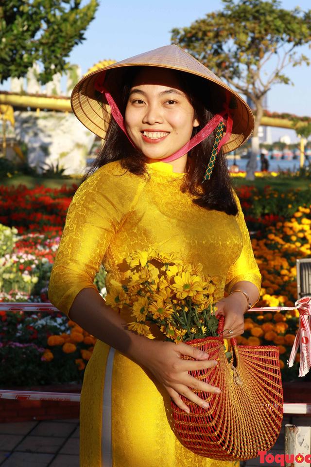 Người dân và du khách mê mẩn đường hoa Đà Nẵng Tết Kỷ Hợi 2019 - Ảnh 10.