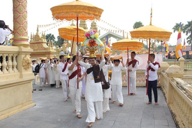 Lễ dâng y Kathina năm 2019 tại Làng Văn hóa - Du lịch các dân tộc Việt Nam - Ảnh 1.