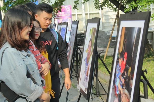 """Triển lãm ảnh """"Nơi đầu sóng"""" tại Đại học Văn hóa Hà Nội - Ảnh 3."""